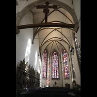 Stuttgart, Stiftskirche (Chororgel), Chor mit bunten Glasfenstern, Standbildern der Grafen von Württemberg und Kruzifix