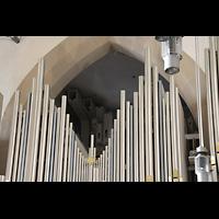 Stuttgart, Stiftskirche (Chororgel), 32'-Pedalpfeifen (gekröpft) hinter dem Orgelprospekt