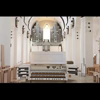 Rottenburg, Dom St. Martin, Fahrbarer Spieltisch der Chorgel mit Blick zur Hauptorgel