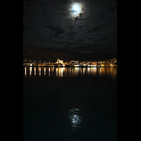Tromsø - Tromsdalen, Ishavskatedralen (Eismeer-Kathedrale), Ansicht vom Hafen / Hurtigruten-Anleger bei Nacht