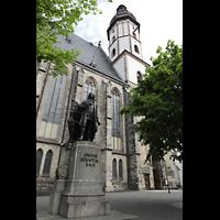 Leipzig, Thomaskirche - Bachorgel, Seitenansicht mit Turm und Bach-Denkmal