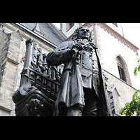 Leipzig, Thomaskirche - Bachorgel, Bach-Denkmal for der Kirche