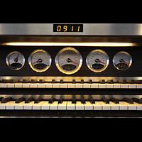 Leipzig, Nikolaikirche, Anzeigeinstrumente im 911-Stil am Porsche Spieltisch