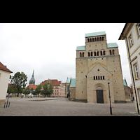 Hildesheim, Mariendom, Ansicht von Westen vom Domhof, links hinten die St. Andreaskirche