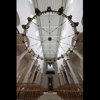 Hildesheim, Mariendom, Innenraum in Richtung Orgel mit Heziloleuchter und Blick zur Decke