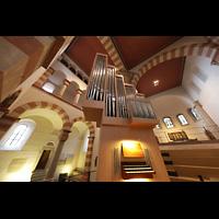 Hildesheim, St. Michaelis, Orgel mit Spieltisch und Blick in den Westchor