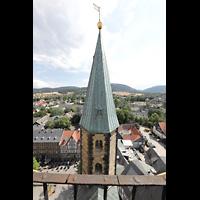 Goslar, Marktkirche St. Cosmas und Damian, Aussicht vom Nordturm nach Süden auf den Südturmund den Marktkirchhof