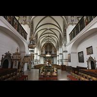 Wolfenbüttel, Hauptkirche Beatae Mariae Virgine, Innenraum in Richtung Orgel, vorn das Taufbecken mit schmiedeeisernem Gitter