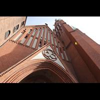 Berlin (Wedding), Stephanuskirche, Portal mit Giebel und Turm