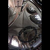 Berlin (Wedding), Stephanuskirche, Vierung mit großem Leuchter und Blick zur Orgel
