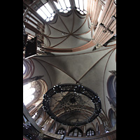 Berlin (Wedding), Stephanuskirche, Vierungsgewölbe mit großem Leuchter und Blick zur Orgel