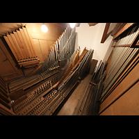 Berlin (Prenzlauer Berg), Ss.Corpus Christi Kirche, Pfeifen des 2. Manuals im rechten Schwellkasten, rechts die Röhrenglocken