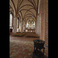 Berlin (Spandau), St. Nikolai, Blick vom Taufbecken im Chor zur Orgel
