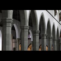 Ravensburg, Kath. Stadtkirche Liebfrauenkirche (Hauptorgel), Säulen und Bögen im Haupt- und Seitenschiff