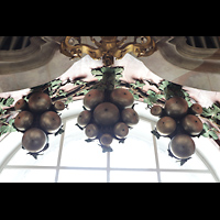 Weingarten, Basilika St. Martin - Große Orgel, Glockenspiel in Weintraubenform über dem Spieltisch