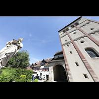 Reichenau - Mittelzell, Münster St. Maria und Markus, Westfasade mit Turm und Skulptur vor der Kirche