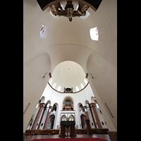 Berlin - Wilmersdorf, Maria unter dem Kreuz, Blick vom Chorraum zur Orgel, oben die Kreuzgruppe im Chor