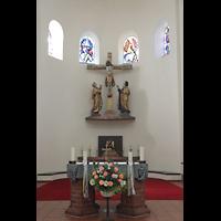 Berlin - Wilmersdorf, Maria unter dem Kreuz, Chorraum mit Altar und Kreuzgruppe