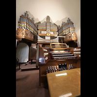 Berlin - Wilmersdorf, Maria unter dem Kreuz, Orgel mit Spieltisch seitlich