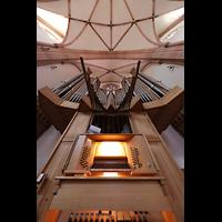 Bühl (Baden), Münster St. Peter und Paul (Chororgel), Spieltisch (beleuchtet) mit Orgel und Spanischen Trompeten