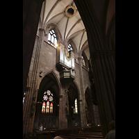 Freiburg, Münster unserer lieben Frau, Blick vom südlichen Seitneschiff durch die Bögen zur Langhausorgel
