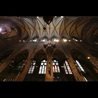 Freiburg, Münster unserer lieben Frau, Innenraum in Richtung nördliches Seitenschiff, Langhausorgel und Gewölbe