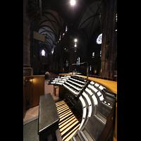 Freiburg, Münster unserer lieben Frau, Zentralspieltisch aller vier Orgeln mit Blick zur Michaelsorgel