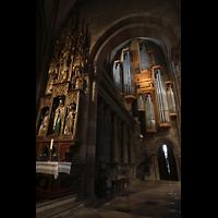 Freiburg, Münster unserer lieben Frau, Blick vom nördlichen Seitenschiff auf den Seitenaltar und zur Marienorgel