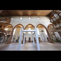 Basel, Predigerkirche (Schwalbennestorgel), Innenraum mit zwei Orgeln - im Vordergrund eine Installation