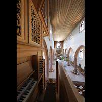 Basel, Predigerkirche (Truhenorgel), Blick vom Spieltisch der Schwalbennestorgel zur Silbermann-Orgel