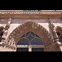 Basel, Münster, Tympanon mit in Stein gehauenen Figuren über dem Hauptportal