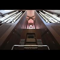 Basel, Münster, Orgel mit Spieltisch perspektivisch