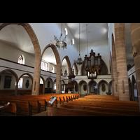 Basel, Peterskirche, Innenraum seitlich in Richtung Orgel