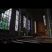 Basel, St. Antonius, Innenraum mit bunden Glasfenstern