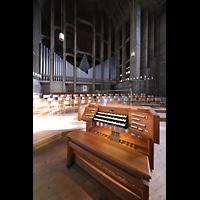 Basel, St. Antonius, Orgel mit Spieltisch seitlich