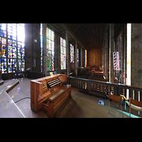 Basel, St. Antonius, Blick von der Orgelempore über den Spieltisch in die Kirche