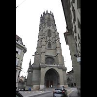 Fribourg (Freiburg), Cathédrale Saint-Nicolas (Hauptorgel), Turm, vom Sankt-Nikolaus-Gässchen aus gesehen