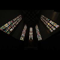 Fribourg (Freiburg), Cathédrale Saint-Nicolas (Hauptorgel), Bunde Glasfenster im Chorraum