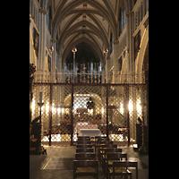 Fribourg (Freiburg), Cathédrale Saint-Nicolas (Hauptorgel), Innenraum in Richtung Hauptorgel durchs Chorgitter hindurch gesehen