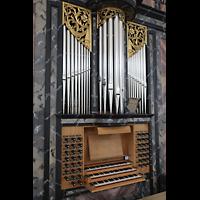 Malters, St. Martin (Chororgel), Spieltisch mit darüberstehenden Pfeifen des Brustwerks