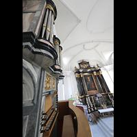Malters, St. Martin (Chororgel), Blick über den Spieltisch der Chororgel auf die Chororgel und in den Altarraum