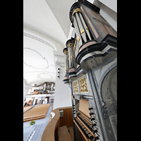Malters, St. Martin (Chororgel), Blick über den Spieltisch der Chororgel auf die Chororgel und in die Kirche