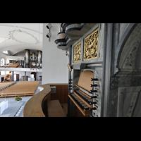 Malters, St. Martin (Chororgel), Blick über den Spieltisch der Chororgel auf die Chororgel und zur Hauptorgel