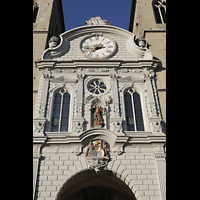 Luzern, Hofkirche St. Leodegar (Große Orgel mit Echowerk), Figurenschmuck und große Uhr an der Fassade