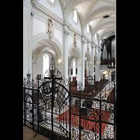 Luzern, Hofkirche St. Leodegar (Große Orgel mit Echowerk), Blick von der Chorempore auf das Chorgitter und zur Hauptorgel