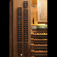 Luzern, Hofkirche St. Leodegar (Große Orgel mit Echowerk), Linke Registerstaffel am Spieltisch der Hauptorgel