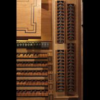 Luzern, Hofkirche St. Leodegar (Große Orgel mit Echowerk), Rechte Registerstaffel am Spieltisch der Hauptorgel