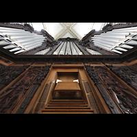 Luzern, Hofkirche St. Leodegar (Große Orgel mit Echowerk), Hauptorgel mit Spieltisch perspektivisch (unbeleuchtet)