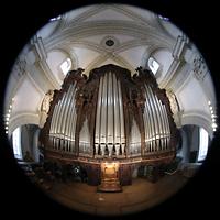 Luzern, Hofkirche St. Leodegar (Große Orgel mit Echowerk), Hauptorgel vom Dach den Rückpositivs aus gesehen (beleuchtet)