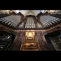 Luzern, Hofkirche St. Leodegar (Große Orgel mit Echowerk), Hauptorgel mit Spieltisch perspektivisch (beleuchtet)